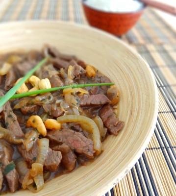 Bœuf sauté aux oignons et noix de cajou, à la mode asiatique