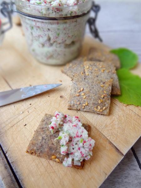Rillettes de radis rose, crackers au sarrazin