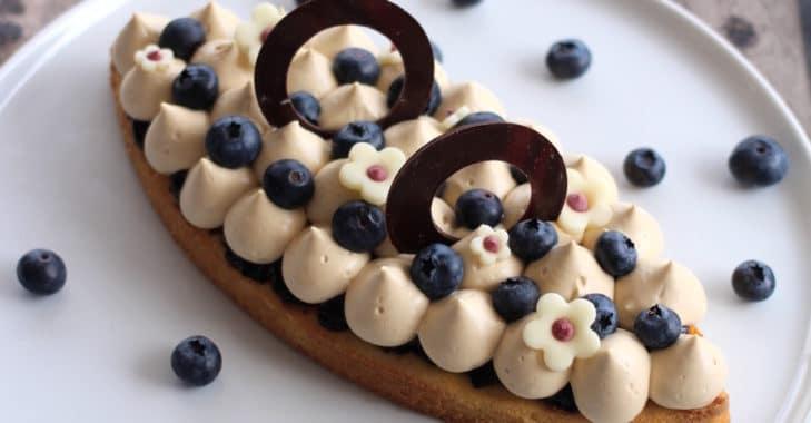 Pain de Gênes, myrtille et ganache montée au chocolat Dulcey