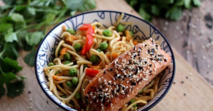 Saumon mariné au miel, soja, sésame et nouilles chinoises aux légumes