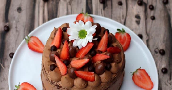 Layer cake au chocolat et aux fraises