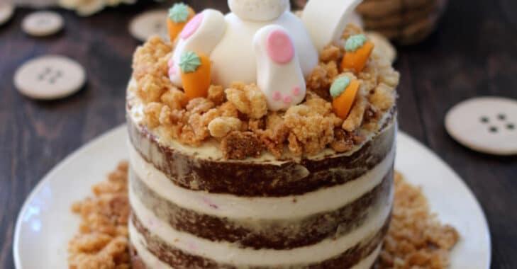 Naked cake de Pâques à la pistache et à la fraise